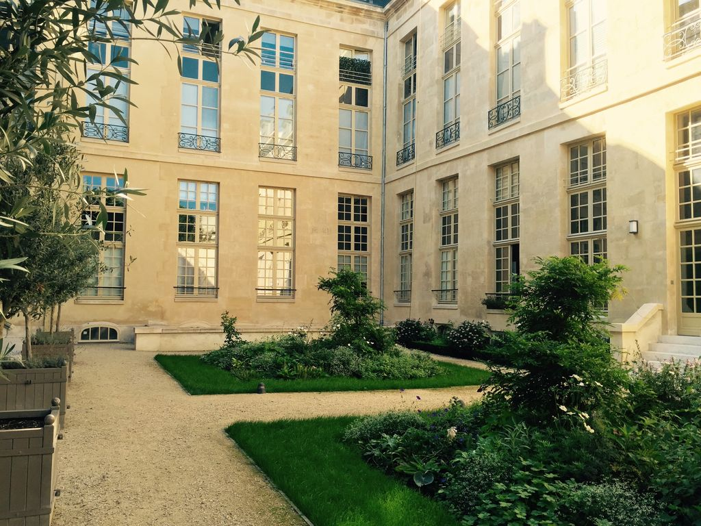 Heart marais luxury flat free spa access to the hotel st for Flat hotel paris