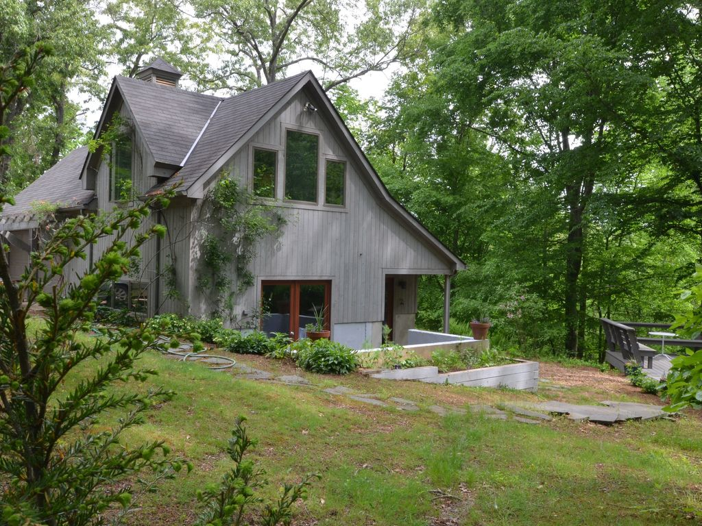 Pastoral carriage house with pool central vrbo for Charlottesville cabin rentals hot tub
