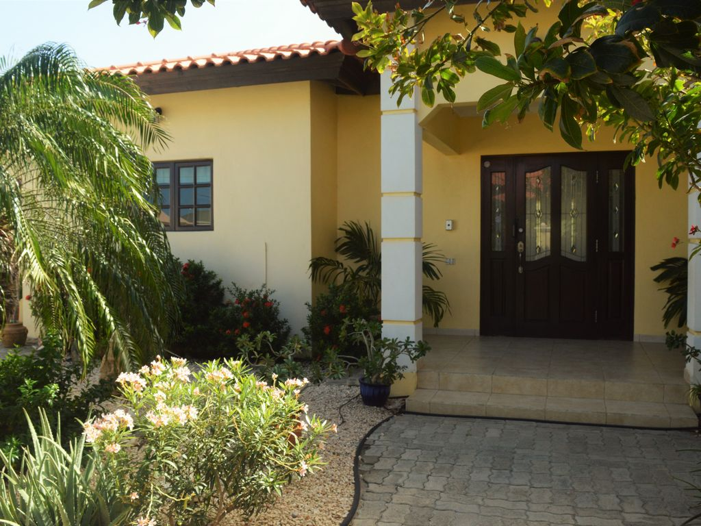 Villa opal spacious 4br home in noord with private pool for Villas opal