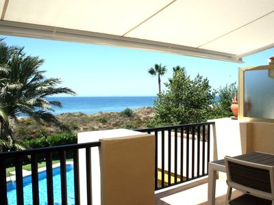 Photo for Apartment located on the beachfront, with splendid sea views.