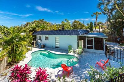 Your own piece of paradise - Surrounded by palm trees, with a heated pool and just a few minutes' walk to the beach, this two-bedroom retreat is packed with charm, comfort, and conveniences.