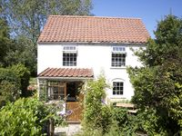 Lovely quaint and romantic cottage and very dog friendly with enclosed garden and a large porch,