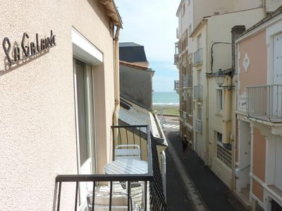 Photo for Old summer apartment with garage, ideal location, at the foot of the sea!