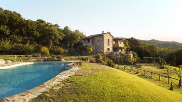 Villa surrounded by olive groves and meadows overlooking the valley of Bagno Vignoni