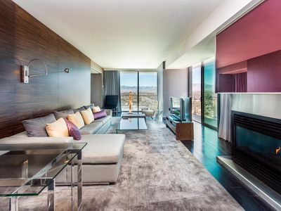 GREAT VALUE! PALMS PLACE ONE BEDROOM SUITE, HIGH FLOOR- GREAT VIEW- REFRESHED