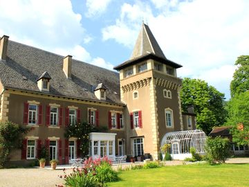 Château Aveyron, 15 people, indoor heated pool, nice quiet park