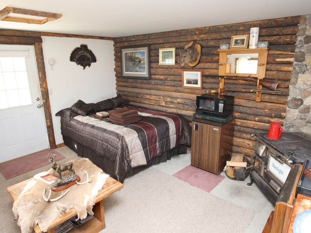 Montana 39 s favorite hunting cabin is availab vrbo for Hunting cabin bedroom