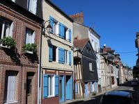 Quirky, well located apartment on interesting street in old Honfleur