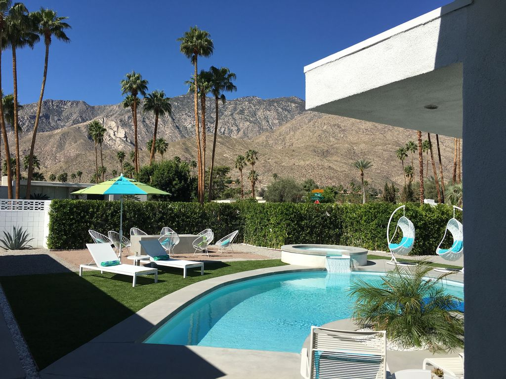 Grand new mid century modern large luxury modern home for New modern homes palm springs