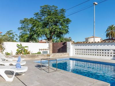 Photo for Lovely apartment for 8 people with WIFI, private pool, A/C, TV and parking