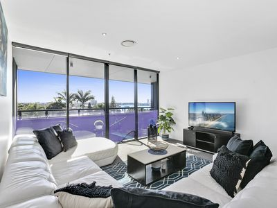 Photo for Circle on Cavill 3 Bedroom With City & River