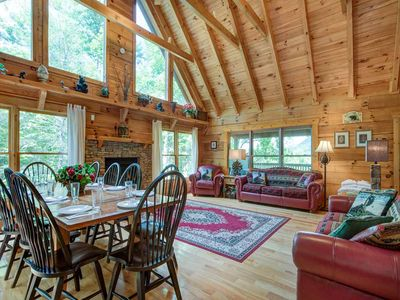 Cozy Bear Lodge, 3 Bedrooms, Sleeps 12, Near Downtown, Private, Hot Tub