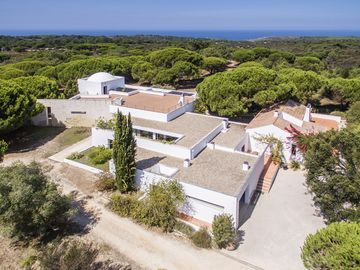 Villa with swimming pool, in Sesimbra (Meco) just 2 km away from the beach.