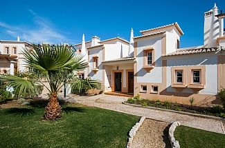 Photo for 2 Bedroom Villa In A Great Location In The Western Algarve. Communal pool