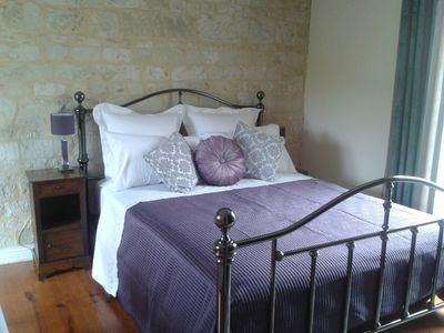 Kingsize bed with crisp Egyptian cotton sheets