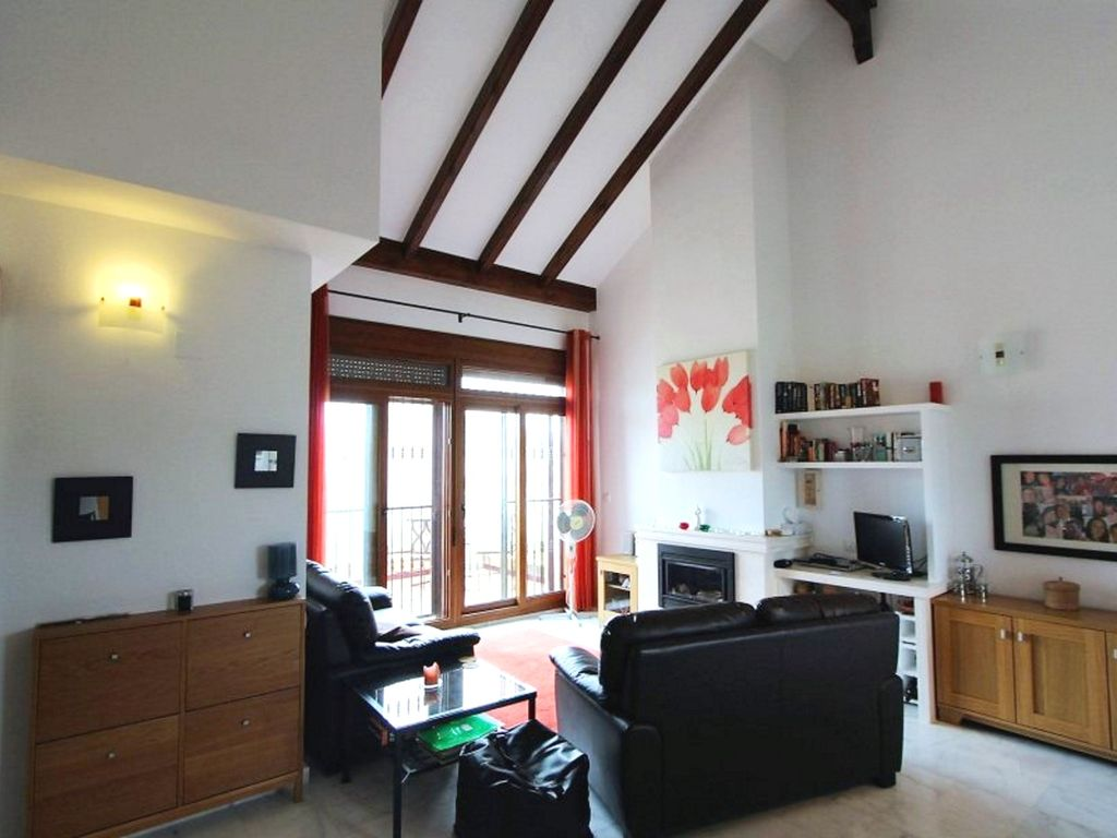 Top Floor Apartment Vaulted Ceilings 35 Mins From