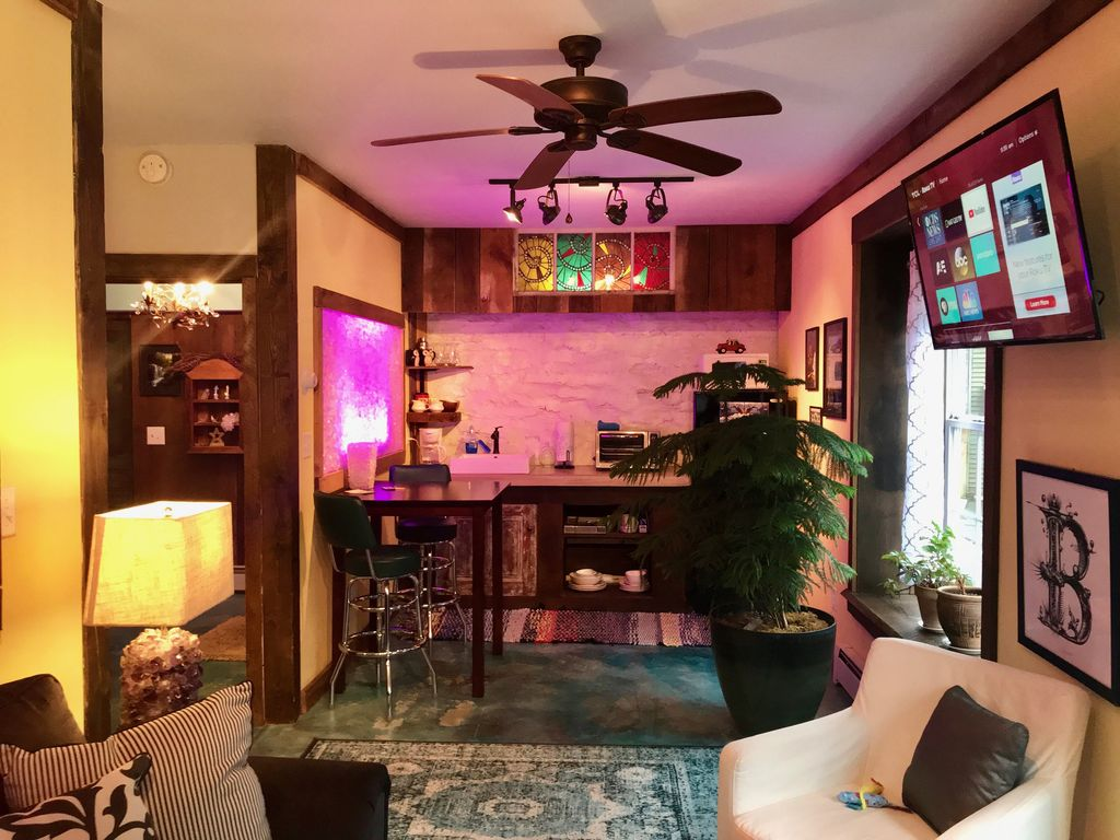 art studio 1 bedroom 1 bath in historical carriage house rh oahu com Carriage House Apartments Carriage House Furniture White