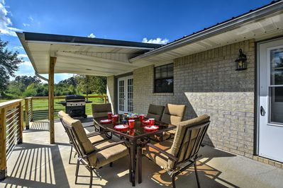 Bring your group of 8 to this 3-bedroom, 2-bath Kirby vacation rental house.