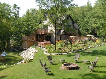 Secluded family-friendly cottage with 2 mini-cabins & hot tub on Lake Sanford
