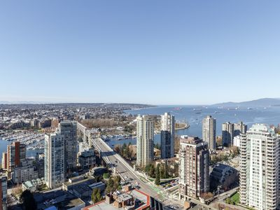 Photo for Bright Spacious Luxury Sub Penthouse With Stunning Views!
