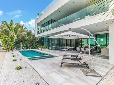 Modern Bayfront Villa with Pool/Jacuzzi/Dock/Gated Island/Sunset Downtown View
