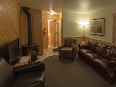 3 Bedroom Cabin in Town, Fireplace & Deck, Walk to Shops, Close to Yellowstone