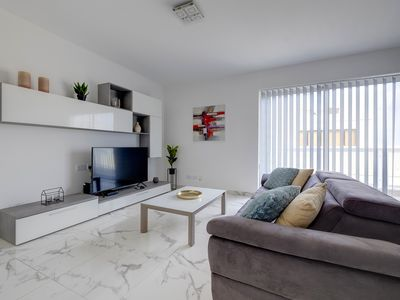 Photo for Spacious and Modern Apartment, Quaint & Walk to it all