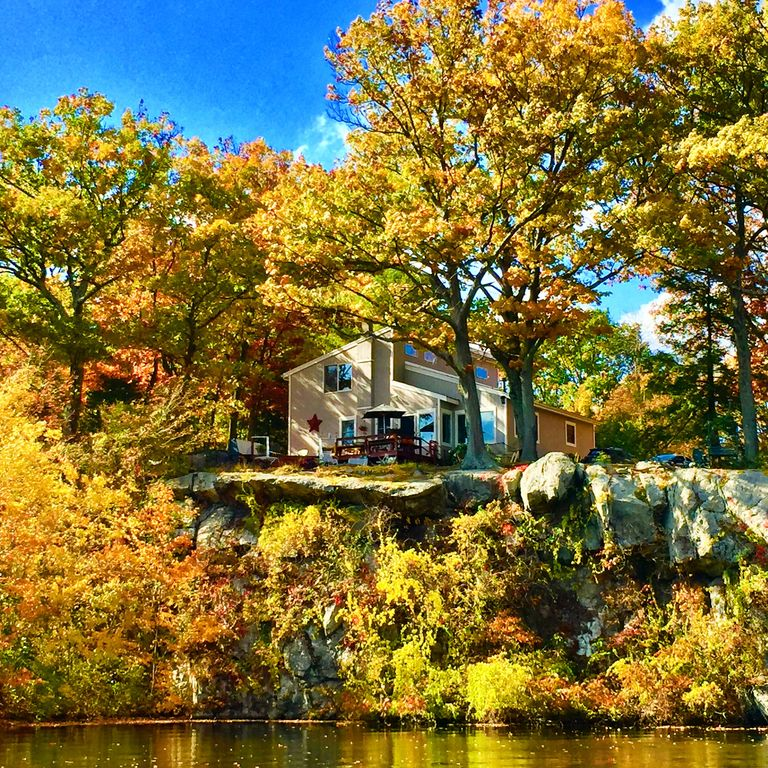 Stunning lake house only one hour away from new york for Case vacanze new york home away