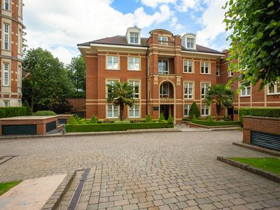 Photo for Classical 3BR Apartment with communal pool, gym and sauna in Hampstead, by Veeve