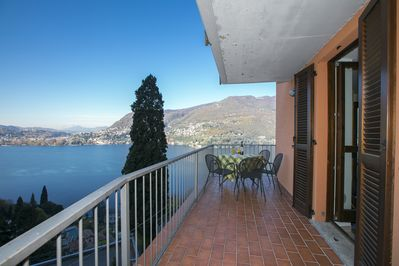 Apartment with breathtaking view of the lake