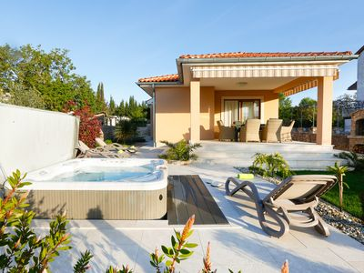 Photo for Villa Lavender's Breeze with Jacuzzi, BBQ and bicycles