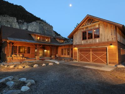 Crooked Canyon Lodge - Custom Log Home with Gallatin River Frontage