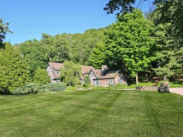'Carriage House' Lakefront Warren 7BR on 25 Acres!