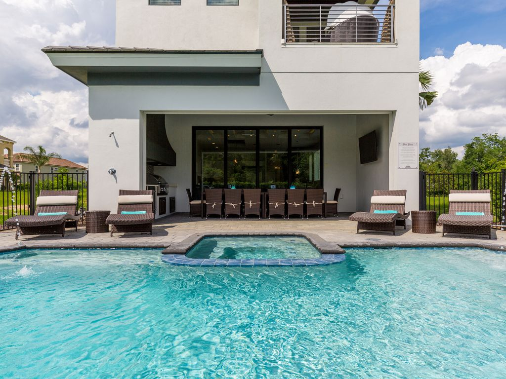 6 Bed Villa Newly Furnished May 2017 with Games Room and Kids Bedrooms