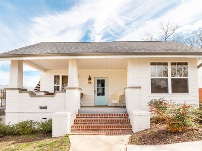 Modern Comfort, 1 Mile to Downtown, pet friendly, fenced Yard - long term rates available