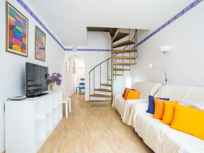 Photo for Cosy Home Short Drive from Beach with Balcony & Wi-Fi