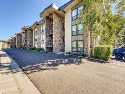Photo for Mountain & lake views from this Lake Cliffe condo - clubhouse access!