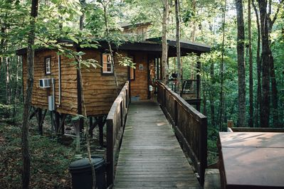Hummingbird Hideaway - The Woods are Waiting!! Unique Treehouse Getaway +  HotTub - Monteagle
