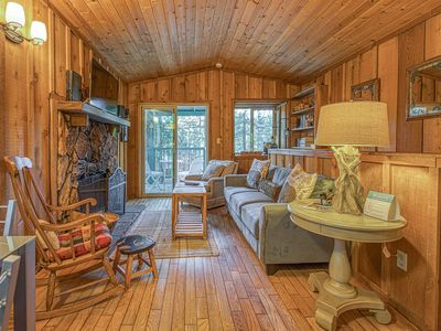 Photo for Cozy dog-friendly cabin near shops, restaurants, lake & skiing