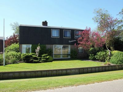 Photo for Detached villa with a beautiful view across the polder landscape of Breezand