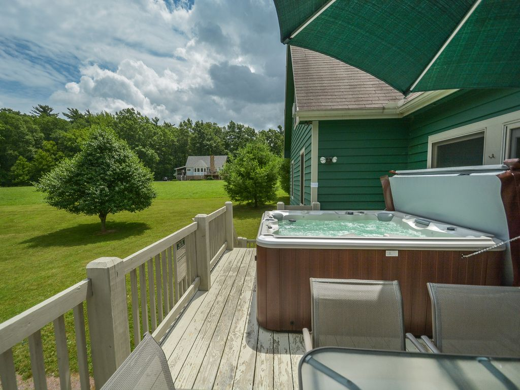 Property Image#2 Large Lawn, Pool Table U0026 Nearby Lake Access
