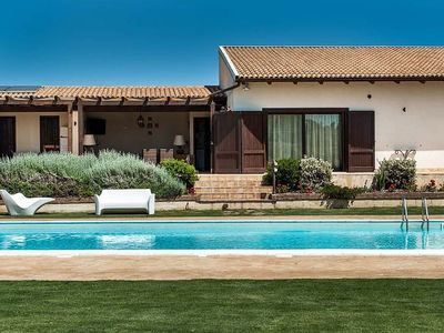 Photo for Villa with private swimming pool and large equipped terrace for dining al fresco