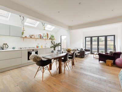 Photo for Stylish 2 Bed w/ Stunning Patio, 5 mins to Kensal Green