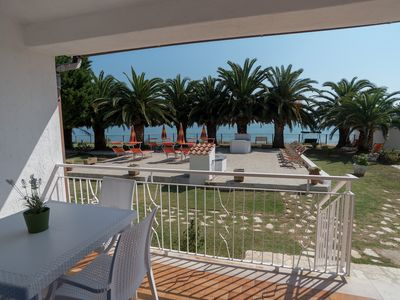 Photo for Apartment directly on the sea with solarium and beach service included