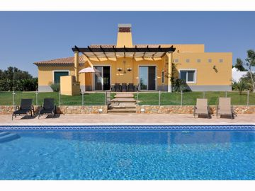 Large Villa, minutes from the beach with large pool and air conditioning