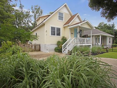 Lazy Lemon Cottage - A Short walk to the beach from this newly remodeled home!