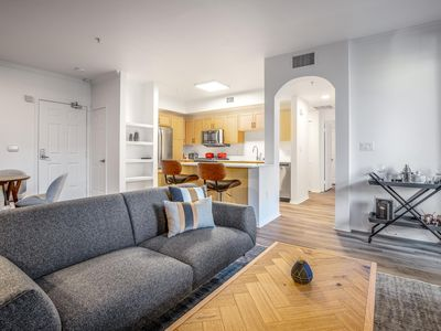 Crisp Hollywood 2BR, Gym + Pool near Chinese Theater, by Blueground