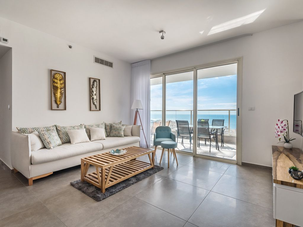 Four bedroom Sea View Apartment with Poo