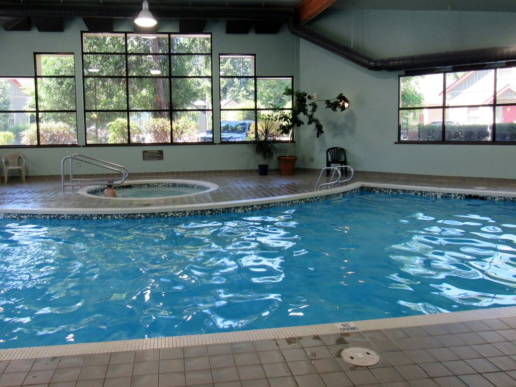 Comfortable Family Cottage Indoor Pool Walk To Beach No Cleaning Fee Parksville Vancouver