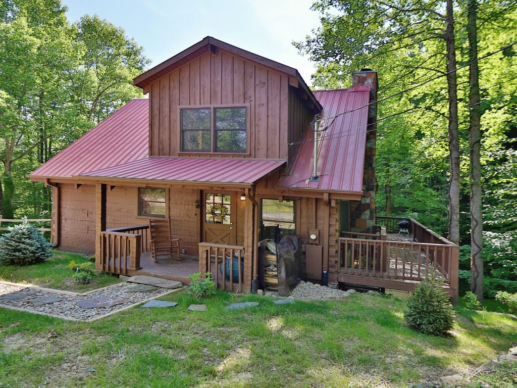 Fishing ponds pool putt putt hiking golf all included for Pigeon forge cabins with fishing